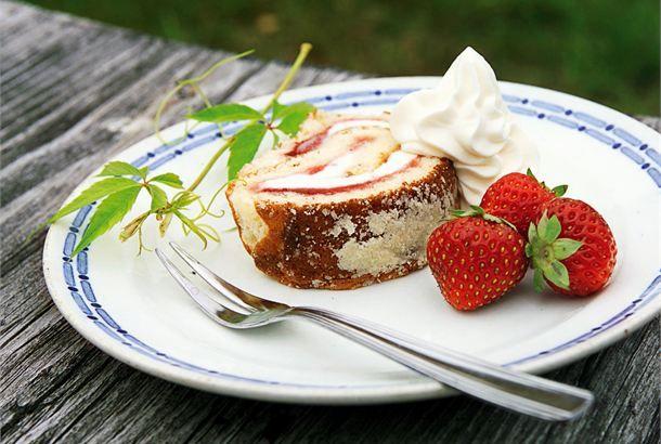 Jäätelökääretorttu  ✦  Jäätelökääretorttu on herkullisen viileä herkku kesähelteillä. http://www.valio.fi/reseptit/jaatelokaaretorttu/