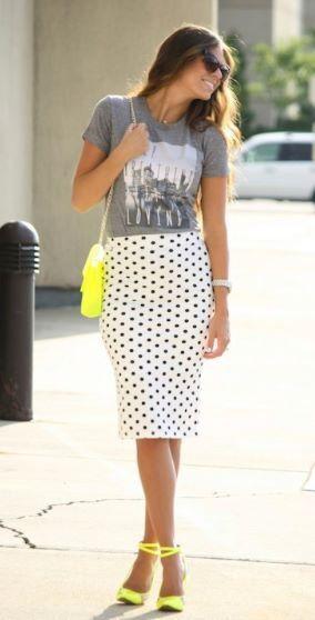 Falda polka dots con camiseta informal y un toque de color neón para primavera.
