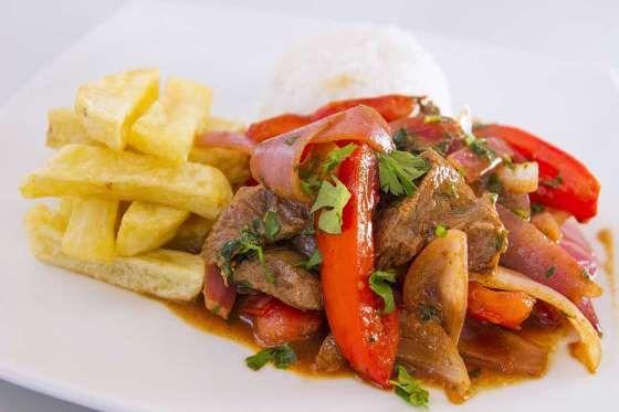 78 - LOMO SALTADO Es uno de los platos típicos de la comida peruana y también se le conoce como lomito de vaca o lomito a la chorrillana. Los primeros rastros de esta especialidad se remontan al siglo XIX, época dorada de nuestra gastronomía ya que fue precisamente en ese entonces que comenzó a cocinarse la fusión entre platos autóctonos y culinaria oriental.