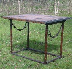 Deze exclusieve bartafel is gemaakt van oud ijzer en gebruikt hout.