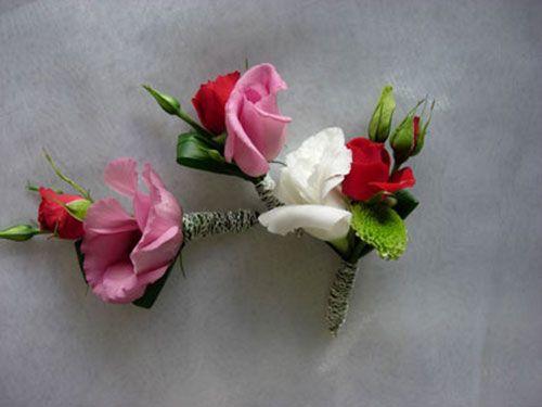 Бутоньерка жениха_кустовые розы_белая красная розовая