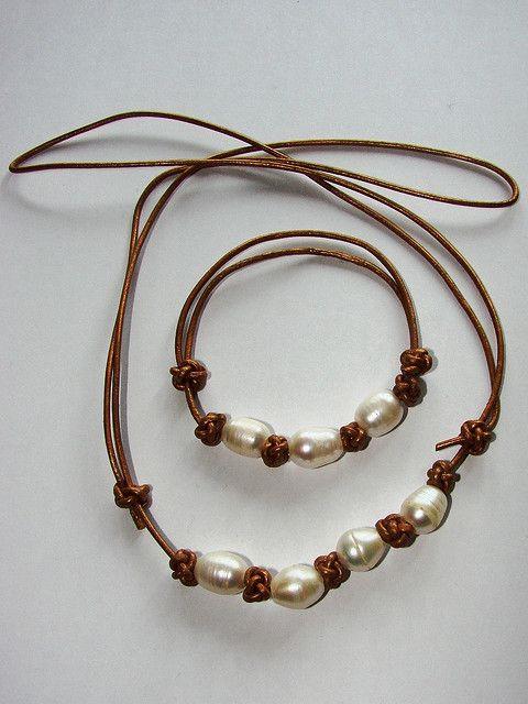 Collar y pulsera de cuero dorado y perlas