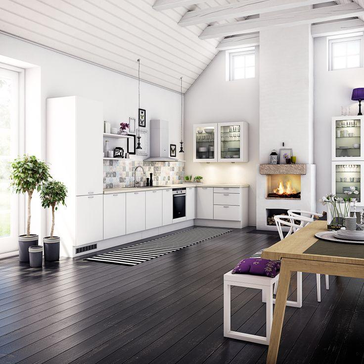 Fint med högt i tak. Fint med kombon öppna hyllor och köksskåp med glasluckor.