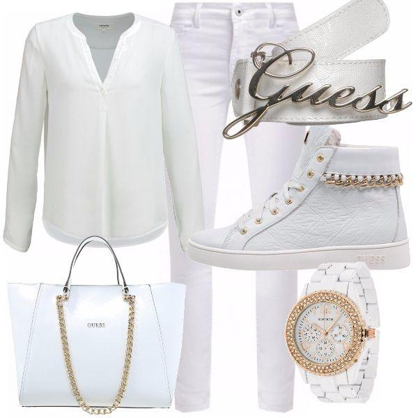 Questo outfit lo trovo così glam! Voi no? Pantalone bianco con una camicia semplicissima fanno di questo look una donna sempre da ammirare. Gli accessori Guess son davvero un tocco di classe!