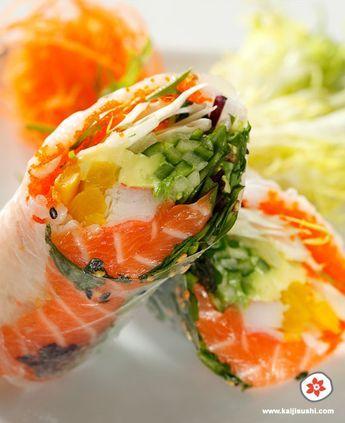 makisaumon1 feuille de riz 1 petite poignet de riz à sushi 1 cuillère à thé de massago (caviar d'éperlan) 1/2 cuillère à thé de graines de sésame 1 petit poignée de salade mesclun 1/4 de concombre anglais coupé en juliennes 1/4 d'avocat mûr 3 petites tranches d'oshinko (radis mariné) Du saumon frais à votre guise, coupé en tranches 1/2 bâtonnet de crabe 1 petite poignée de carrottes coupées en juliennes