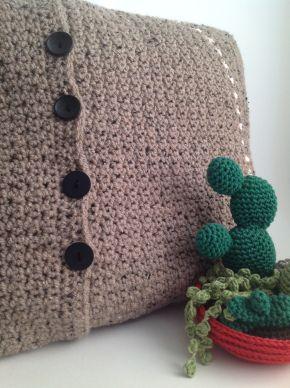 Dit kussen heb ik gehaakt met de grit stitch. Wat heb ik gebruikt: Garen: Tweed van de Zeeman. Kleur: de bruine Tweed variant (kleur 073). Haaknaald: 5,5 mm Extra: 4 knopen. Door: Lekker Haken