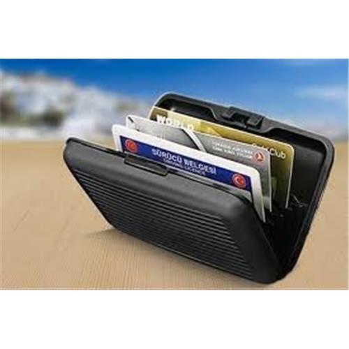 Siyah Metal Kartlık :Bu ürün sayesinde ATM kartları, kredi kartları hatta kartvizitleriniz bile ilk gün ki gibi pırıl pırıl kalacak.  Boyutlar:  11 cm x 7.5 cm x 1.7 cm  Özellikleri:  Kredi kartlarınızı kırmaz, manyetik alanını ve çipini korur.  7 adet farklı göze isterseniz 10 adete kadar kart veya para da koyabilirsiniz.  Alüminyumdan yapılmış hafif taşıması kolaydır.  Alışveriş sırasında bütün kartlarınızı bir çırpıda görebilirsiniz.  Çantanızda, dar pantolon ceplerinde, ceketinizin…