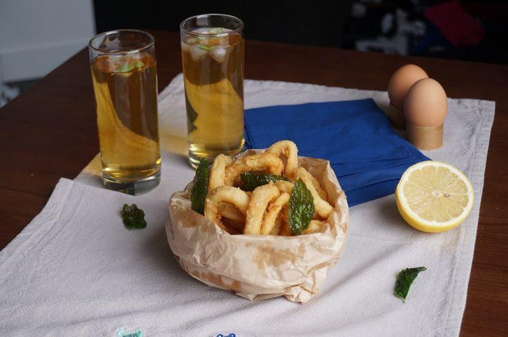 Calamari fritti e foglie di menta in cartoccio