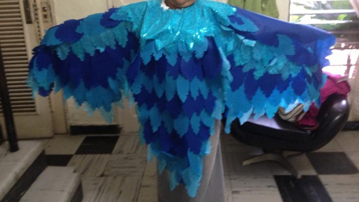 Traje de pájaro azul hecho con tela de pellón de colores