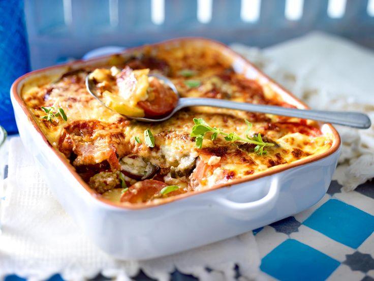 Wir zeigen dir ein tolles Moussaka-Rezept. So schmeckt der griechische Klassiker mit Hack, Aubergine, Kartoffeln und Tomaten wie in der Taverna!