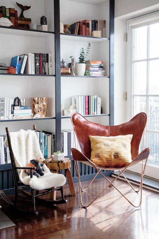 Genom att sätta på enkla träpaneler och måla ytterkanterna får din standardhylla ett helt nytt – och unikt – utseende.