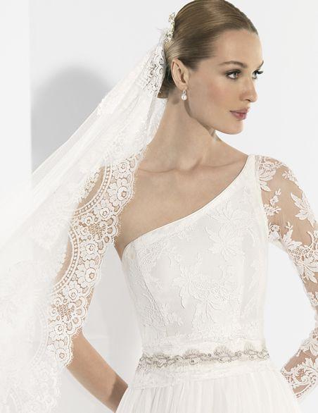 Trajes de novia con manga larga corte en cintura y falda con vuelo.