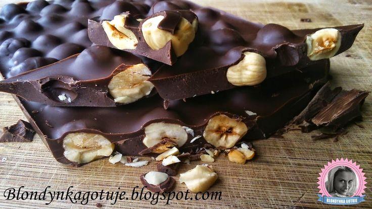 Blondynka Gotuje: Tafla czekolady z podpieczonymi orzechami laskowym...