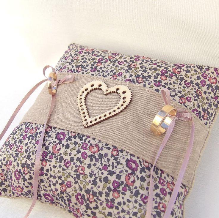 coussin porte alliances en lin et tissu Liberty à fleurs et coeur en bois : Presentoir, boîtes par mariageboheme