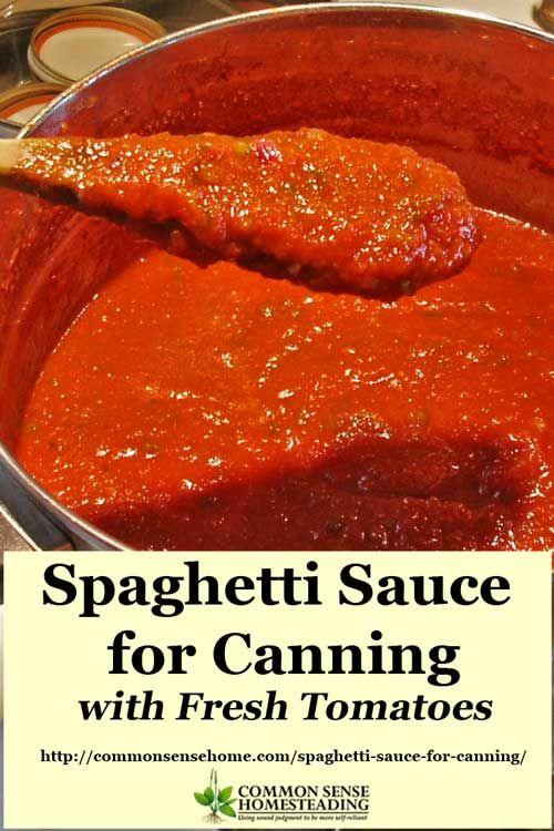 Langzaam gekookt en geladen met smaak, dit eigengemaakte inblikken spaghettisaus is een geweldige manier om de oogst te bewaren.  Nooit kopen saus uit de winkel weer.