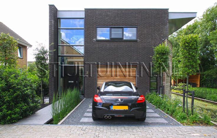 Wellness-tuin met luxe terrasoverkapping met sauna en jacuzzi. Natuurlijke moderne wellnesstuin in stijl strakke tuinen ontwerp met wellnessruimte tuin