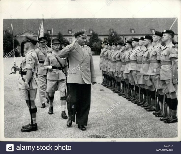 Oct. 01, 1954 - 1-10-54 New Soviet Army Chief in Austria visits British Barracks Schoenbrunn. Colonel-General Shadov the newly appointed Soviet Army Chief in Austria recently paid a visit to the British Army Barracks, Schoenbrunn, Vienna. Keystone Photo Shows: Colonel-General Shadov inspects the Guard of Honour of British armies during his visit to Schoenbrunn barracks Stock Photo