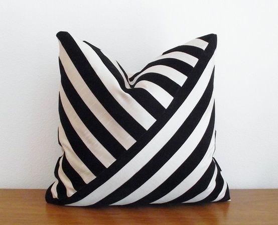 Original forma de combinar las rayas en un cojín!! Black and white diagonal stripe design pillow.