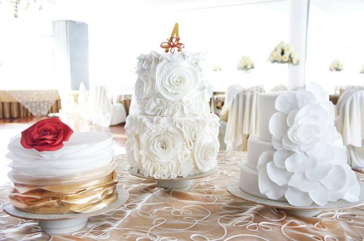 Ruflles, petalos, dirado y flores, ¿Por que tener un solo estilo y sabor en tu torta de matrimonio si los puedes tener por X3? Ruffles, petal and gold wedding cakes, with just have 1 cake when you can have it by 3