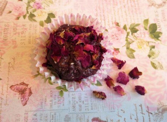 Mini bombe da bagno alla rosa fai da te che somigliano a dei bon bon! Un'idea fai da te per Natale!