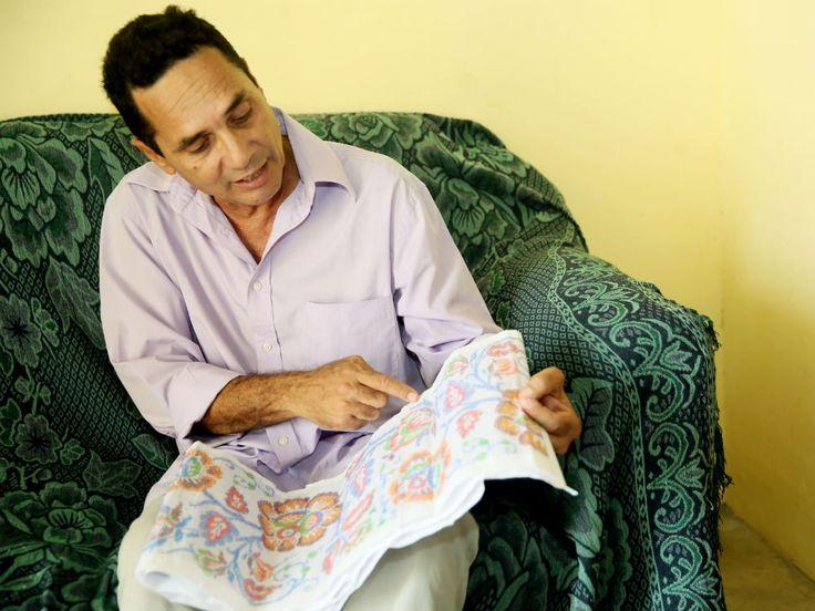 El historiador de arte Eduardo Cano, realiza la investigación Buscando orígenes, para inventariar las indumentarias típicas de Panamá.