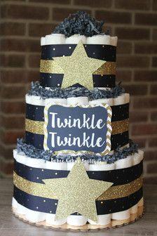 Ce gâteau de couches 3 niveaux sera la pièce maîtresse parfaite à votre douche de bébé ! Ce gâteau est livré avec 62 Cruisers de Pamper taille 1 et mesures 14 de haut et est assis sur un carton de gâteau de 10. Votre gâteau arrivera enveloppé en tulle, prêt à porter à votre événement spécial !  >>> Autres Options des tailles