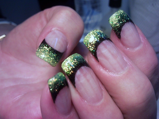 Black and green glitter gradient french tipGlitter French Tips, Black And Green Nails Art, Nails Design, Hair Makeup Nails, Nails Art French Glitter, Nails Green Glitter Tips, Green And Black French Tips, Glitter Nails Art French, Green Tips Nails