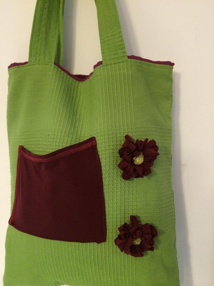 borsa in tela verde con fiori