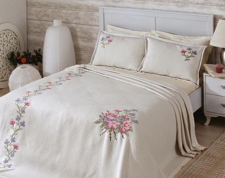 Kanaviçeyle çok farklı kanaviçe yatak örtüsü modelleri hazırlayabilirsiniz. Eğer bunu yapmaya vaktiniz yoksa ve nasıl yapılacağını bilmiyorsanız..