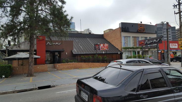 Sinalização da Pizza Hut em Alphaville - Barueri-SP.