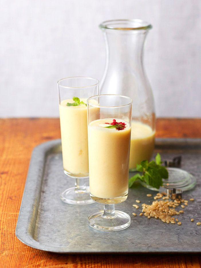 話題の麹甘酒を玄米でトライ! 普通の甘酒は腹持ちがよすぎて苦手な人も、フルーツもたっぷり入れるこのレシピなら、スムージー感覚でおいしくいただける!|『ELLE a table』はおしゃれで簡単なレシピが満載!