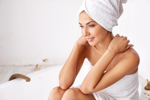 Una de las cosas que más incomodan a las mujeres, sobre todo en temporada de calor, es el mal olor vaginal; sin embargo, existen algunos medidas preventivas, que puedes transformar en hábitos, con las que te olvidarás de este problema.De acuerdo con especialistas de Mayo Clinic, el mal olor vaginal se relaciona con otros síntomas como picazón, ardor, irritación o flujo en exceso. Algunas de las principales las causas que lo provocan son mala higiene personal, infecciones en vías urinarias y…