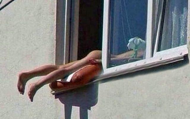 Ragazza prende il sole completamente Nuda con le gambe e chiappe fuori dalla finestra #austria #nudiste #nudointegrale #hot