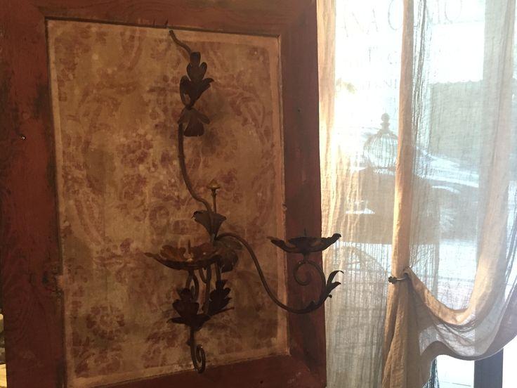 pannello restaurato con legno di recupero in pittura murale con stencil e fregio in ferro battuto