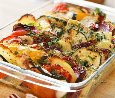 Den här medelhavsgratängen är både en fröjd för ögat och för smaklökarna. Smakerna från zucchini, rödlök, potatis, paprika, tomat och färsk oregano berikas i värmen från ugnen och serveras med saftig fläskytterfilé.