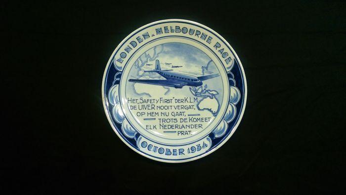 """Porceleyne Fles - Herdenkingsbord Londen- Melbourne Race """"de Uiver"""" P.Senf/ G. van Heijenoort  Rond Nummer:882 Herdenkingsbord bijzondere vluchten.Ontwerper:P. Senf ( 1921- 1957) Jaar:1934 Afmetingen:diameter 18 cm. Conditie: Als nieuw geen enkel gebrek.Bijzonderheden:herdenkingsbord uitgebracht ter gelegenheid van deelname door de 'Uiver"""" aan de London/Melbourne race in oktober 1934; schilder was G. van Heijenoort derheden:  EUR 15.00  Meer informatie"""