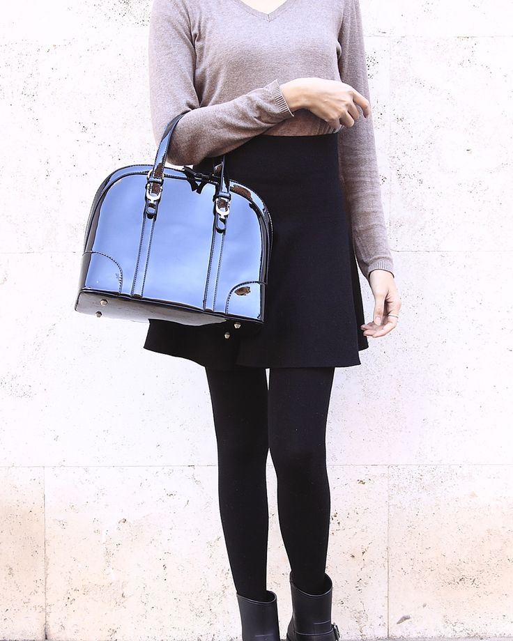 Borsa Alma Lucida Nera si può indossare a mano, a metà braccio o a tracolla. Una borsa molto versatile che si abbinerà bene alla maggior parte dei vostri outfit. Perfetta con un paio di jeans o con un abitino elegante, è un accessorio indispensabile per le vostre giornate e in tutte le stagioni. http://www.mamaredbag.it/borsa.asp?ID=232&I=Borsa_Alma_Lucida_Nera