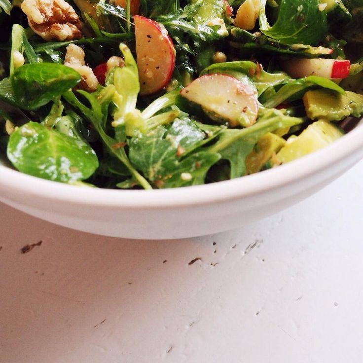 """""""@7dayrecharge Salade van veldsla, rucola, avocado, cashewnoten, walnoten, radijsjes en komkommer. Dressing van beetje mosterd, olijfolie, citroensap,…"""""""