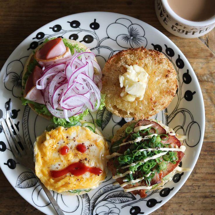 Good morning:^) ・ #アミーンズオーヴン の#イングリッシュマフィン をフォークでザクザク割ってリベイクし、冷蔵庫にあるものをいろいろのっけた朝ごはん。 ◯とろけるチーズ+マヨ+レタス+ハム+紫玉ねぎ ◯バター+はちみつ ◯きゅうりもみ+マヨ+スクランブルエッグ+黒胡椒 ◯きゅうりもみ+焼豚+ネギ+マヨ+黒胡椒 スクランブルエッグになめこの顔を描いたけど、微妙な出来に😂 ・ 旦那氏は昨日17時ごろに「ちょっと寝る」と言って寝始め、起きたのは今朝6時半すぎ。 13時間半もよく寝れるなぁ( ˙⃘⍘˙⃘ )