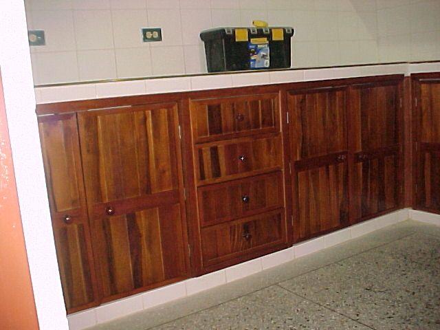 Puertas de madera reciclada eran sobrantes de un techo for Puertas de madera reciclada
