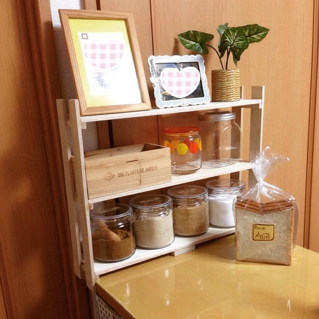 スパイスの小瓶や調味料、器具など、しまうものが多いキッチン。収納がいくらあっても足りないですよね。。そんな時は100均のすのこをDIYして、収納スペースを増やしましょう!組み立てるだけの簡単リメイクで棚が作れる!分解すれば板としても使えるし、木製なので塗装も簡単。通気性のいいすのこは、実はキッチンまわりの素材に最適。オシャレなインテリアにもなる、すのこ収納の作り方をご紹介します!