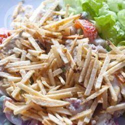 Salpicão is erg populair in Brazilië, het is een romige salade (op basis van mayonaise) met kip en veel groenten en fruit