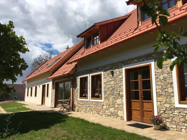 A D4 Apartments Vendégház Kisdörgicsén, egy bájos kis Balaton-felvidéki faluban található, autóval tíz percre a Balatontól. A ...