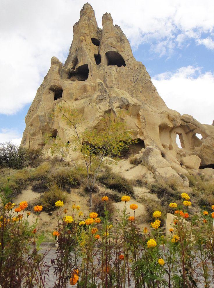 Surpreendentes igrejas esculpidas em rochas vulcânicas, na Capadócia http://vidapelomundo.com.br/museu-de-goreme-capadocia/