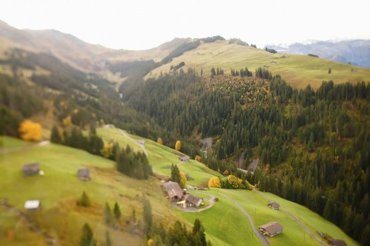 Herbstaufnahme in den Schweizer Alpen mit einem Tilt-Shift-Objektiv. Auch nachträglich lassen sich Miniatureffekte ganz einfach mit Bildbearbeitungsprogrammen am Computer erzeugen. Hiermit könnt ihr euren Landschaftsbildern noch eine besondere Wirkung verleihen. #Miniatur #landschaftsfotografie  Hinweise hierzu findet ihr bei Fotos fürs Leben: http://www.fotos-fuers-leben.ch/inspire/fotobearbeitung/tilt-shift-mehr-als-nur-miniatureffekte/