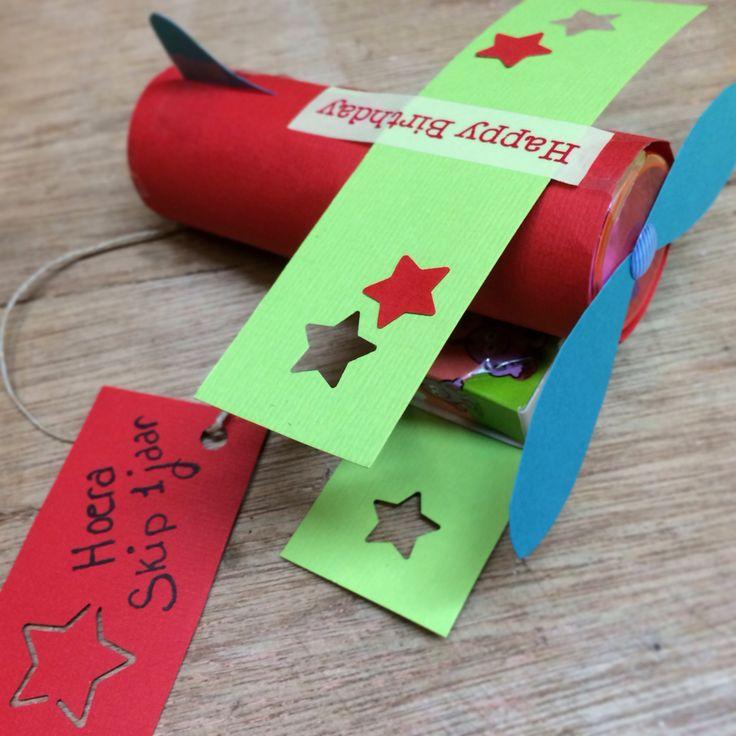 Traktatie zoon #vliegtuig #traktatie #kdv #bellenblaas #rozijntjes
