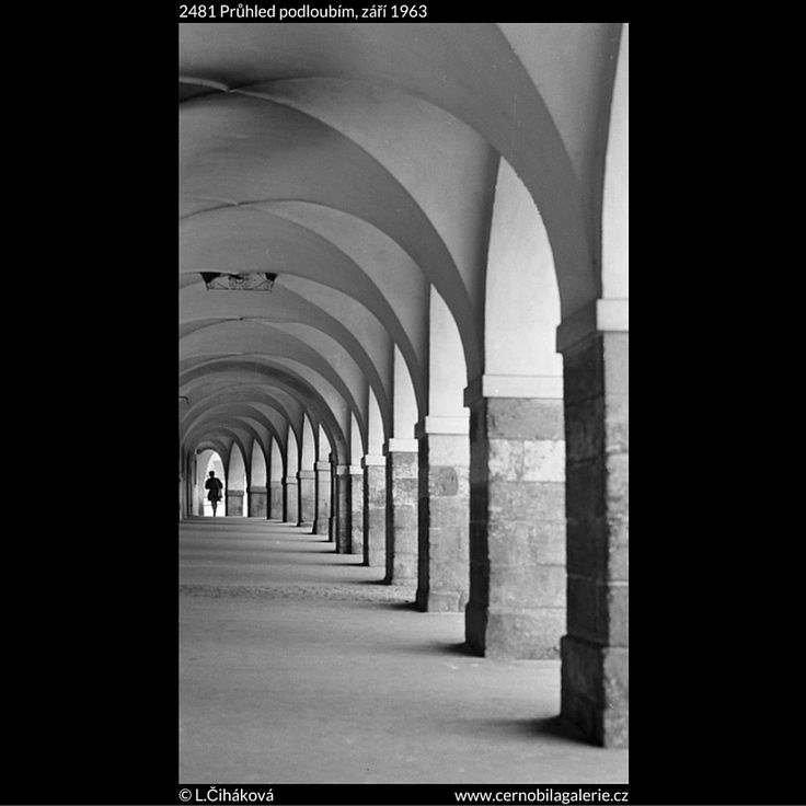 Průhled podloubím (2481) • Praha, září 1963 • | černobílá fotografie, Loretánské náměstí, podloubí, dlažba, klenba |•|black and white photograph, Prague|