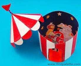 Colorea, corta y engancha nuestra planilla de una divertida carpa de circo para convertirla en una carpa 3D.   MATERIALES:  Hojas tamaño A4 o Carta Cartulina Crayones o lápices de colores Tijeras Boligoma Pajitas  PASOS:  1. Imprime nuestra planilla de una carpa de circo AQUI en