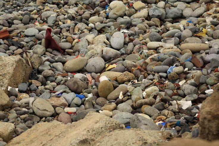 A lima, nettoyer les plages, c'est comme cacher la poussière sous le tapis. Dans le quartier de Baranco, en nous promenons le long de la plage, on est vite choqués par la quantité de déchets qui s'y trouve. En continuant, la balade, on se rend compte...
