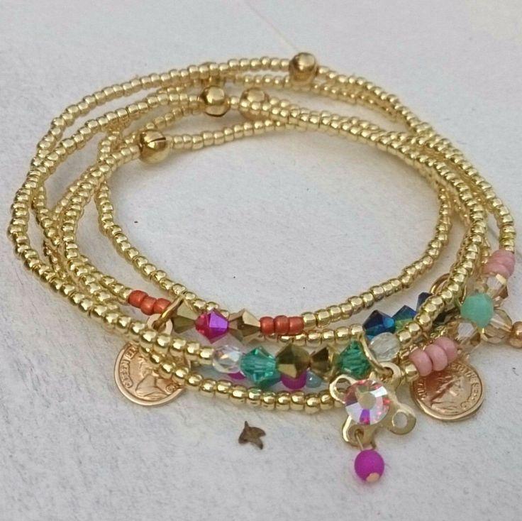Atelier Balila armbandsetje fijne goudkleurige rocailles en zomerse gekleurde glaskraaltjes en bedels